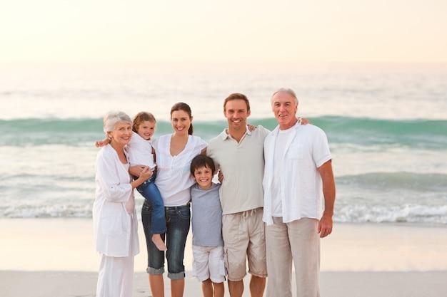 Bella famiglia in spiaggia