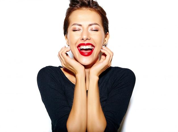 Bella felice carina donna bruna sexy in casual abito nero con labbra rosse sul muro bianco