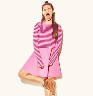 Bella felice carina ragazza sorridente donna bruna in abiti casual colorati hipster estate rosa con labbra rosse isolate on white mostrando la sua lingua