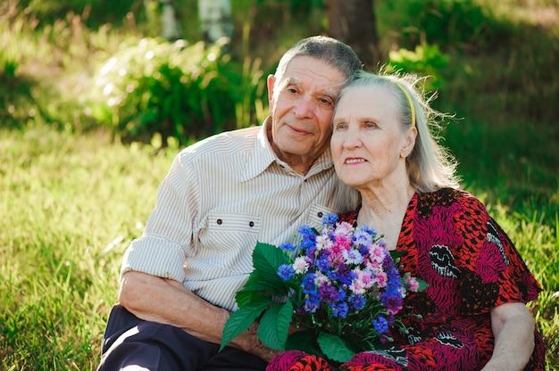 Bella felice ottanta anni seduti nel parco