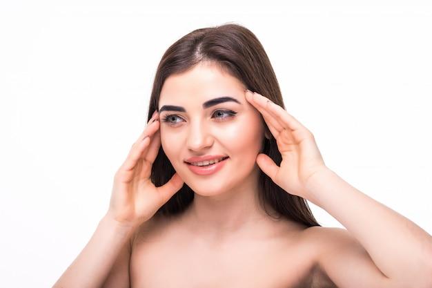 Bella fine del fronte della donna della pelle sana sulla chirurgia plastica pulita di bellezza della pelle isolata