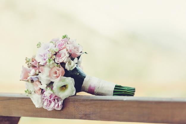 Bella fine del mazzo del fiore di nozze della sposa su