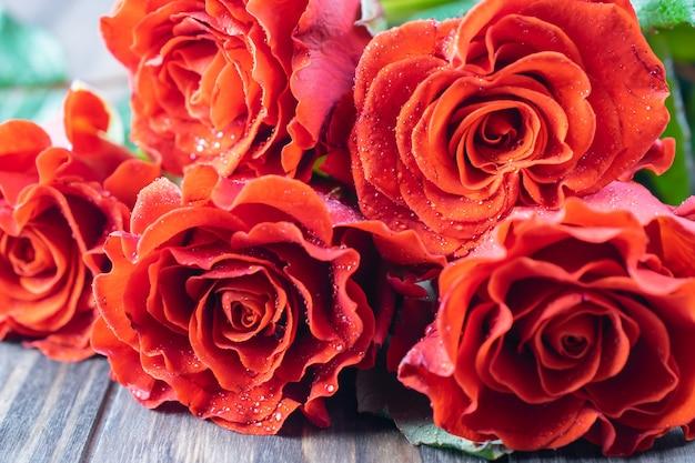 Bella fine del mazzo delle rose fresche su, macro