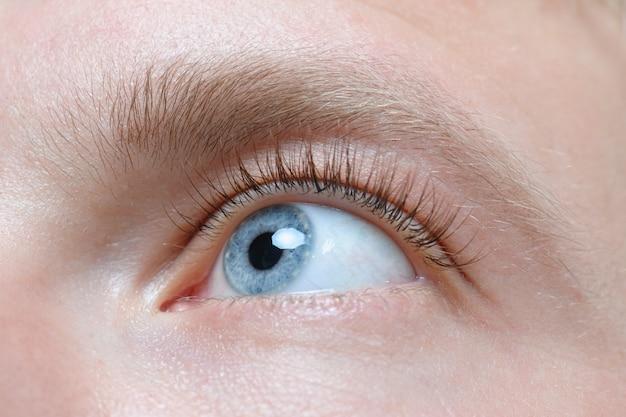 Bella fine dell'occhio dell'uomo blu in su