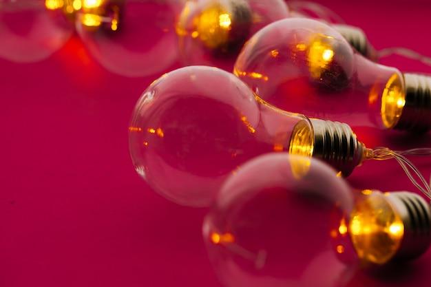 Bella fine festiva illuminata della ghirlanda delle lampadine su