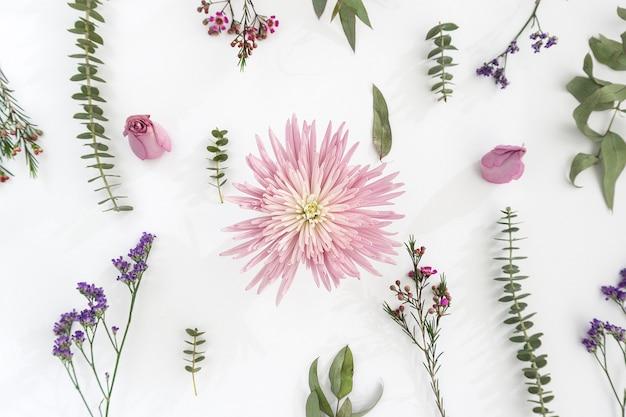 Bella fiore rosa circondato da altri impianti