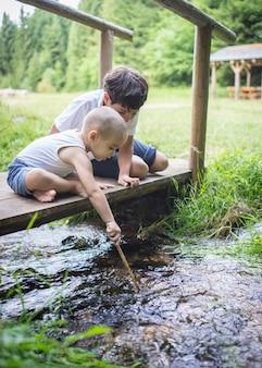 Bella giornata per la vacanza dei bambini in natura