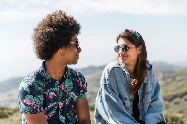 Bella giovane coppia a guardare l'altro