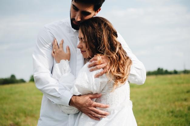 Bella giovane coppia innamorata