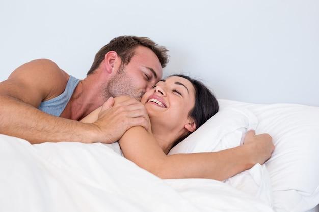 Bella giovane coppia rilassante