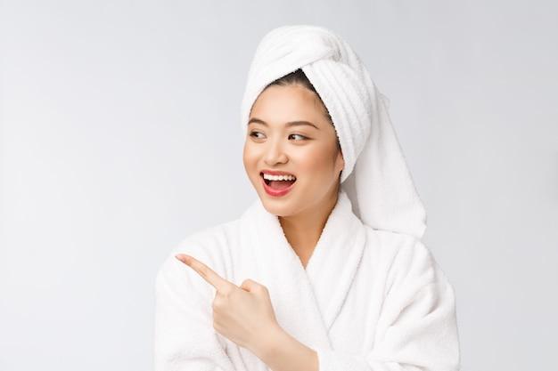 Bella giovane donna affascinante che indica dito. la bella ragazza attraente ottiene sorpresa, felicità e ama un prodotto, un marchio, un servizio.