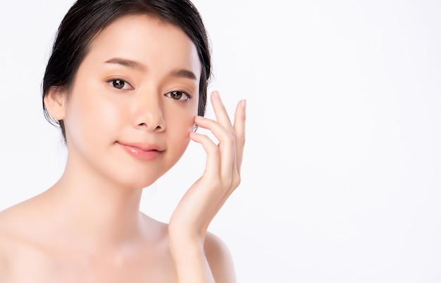 Bella giovane donna asiatica che tocca il suo fronte pulito con pelle sana fresca, isolata su bianco
