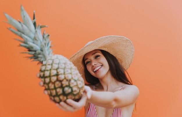 Bella giovane donna asiatica con bikini.