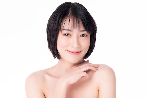 Bella giovane donna asiatica con pelle fresca pulita. cura del viso, trattamento viso, concetto di bellezza e cosmetici.