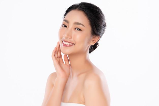 Bella giovane donna asiatica con pelle fresca pulita. cura del viso, trattamento viso, cosmetologia