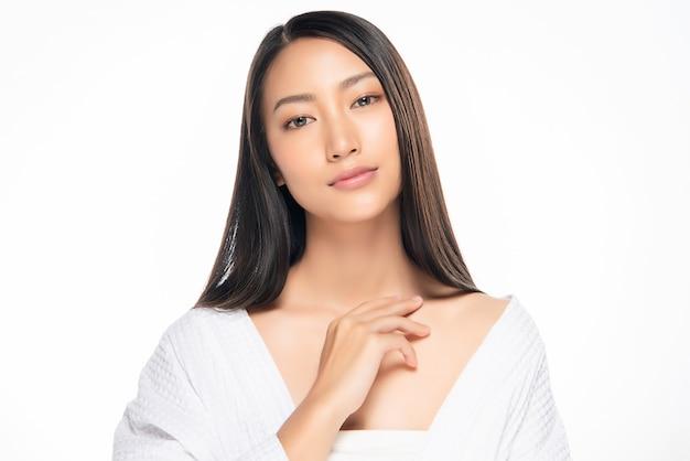 Bella giovane donna asiatica con pelle fresca pulita. cura del viso, trattamento viso, felicità e allegria.