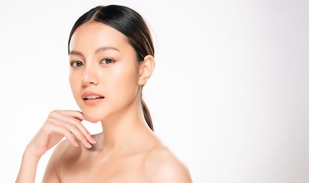 Bella giovane donna asiatica con pelle fresca pulita