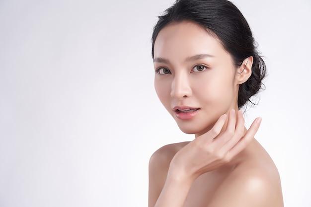 Bella giovane donna asiatica con pelle pulita fresca su sfondo bianco, cura del viso, trattamento viso, cosmetologia, bellezza e spa, ritratto di donne asiatiche