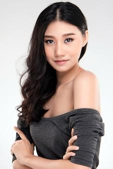 Bella giovane donna asiatica con pelle pulita fresca