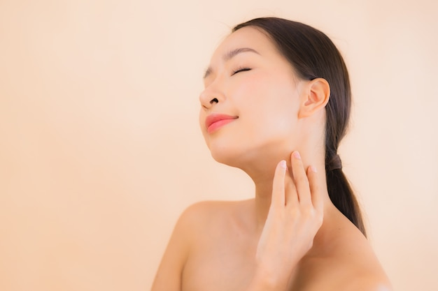 Bella giovane donna asiatica del fronte del ritratto con il concetto della stazione termale di bellezza