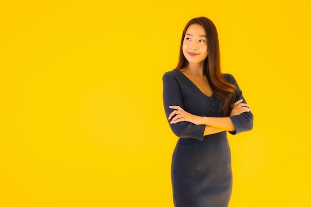 Bella giovane donna asiatica del ritratto con azione