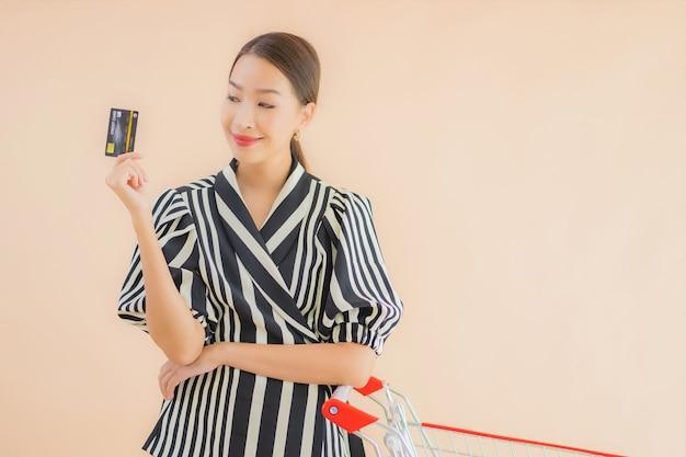 Bella giovane donna asiatica del ritratto con il carrello