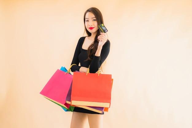 Bella giovane donna asiatica del ritratto con il sacchetto della spesa
