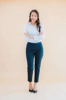 Bella giovane donna asiatica di affari del ritratto con la cuffia per il call center