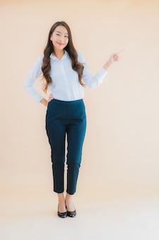 Bella giovane donna asiatica di affari del ritratto