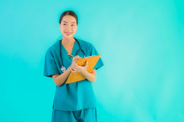 Bella giovane donna asiatica di medico del ritratto con il cartone vuoto per lo spazio della copia