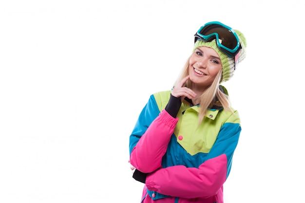 Bella giovane donna bionda in cappotto di neve colorata