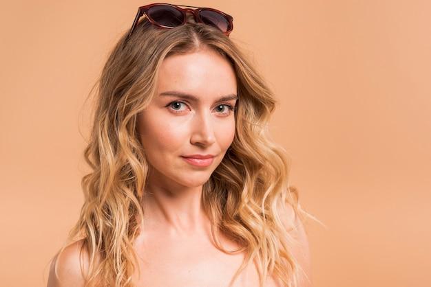 Bella giovane donna bionda in occhiali da sole