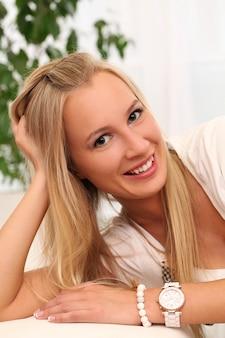 Bella giovane donna caucasica a casa