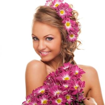 Bella giovane donna caucasica con fiori