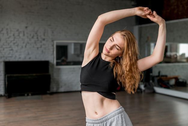 Bella giovane donna che balla in studio