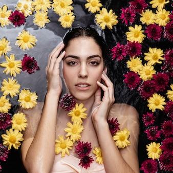 Bella giovane donna che gode del bagno di primavera