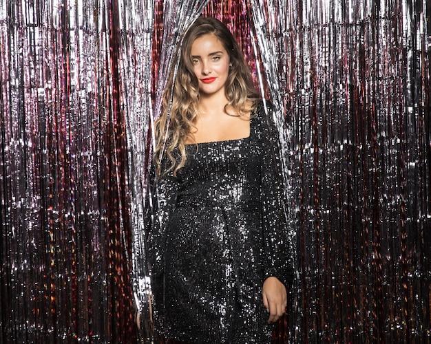 Bella giovane donna che indossa un abito da sera