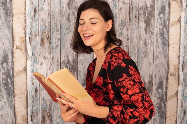 Bella giovane donna che legge un vecchio libro
