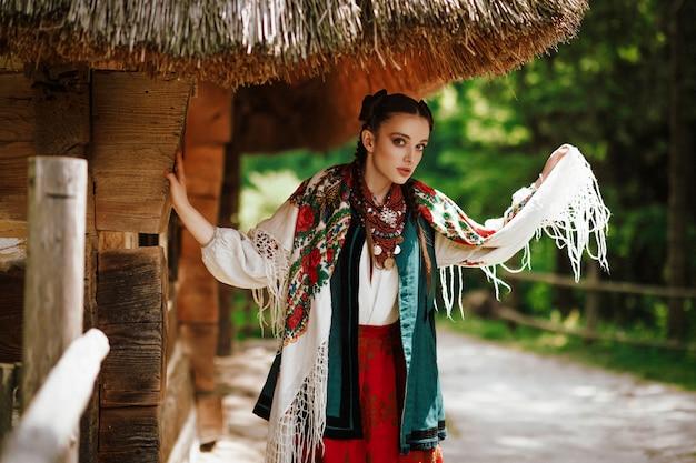 Bella giovane donna che posa in un vestito ucraino tradizionale