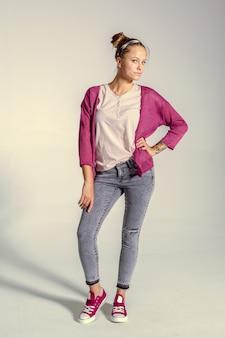 Bella giovane donna che posa nello studio foto di moda