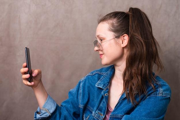 Bella giovane donna che prende un selfie