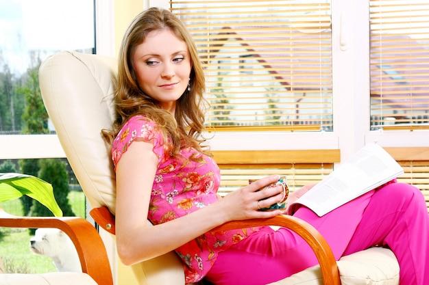 Bella giovane donna che si rilassa a casa