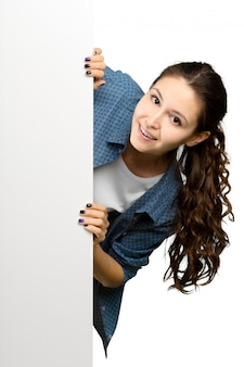 Bella giovane donna che tiene carta in bianco. isolato su sfondo bianco