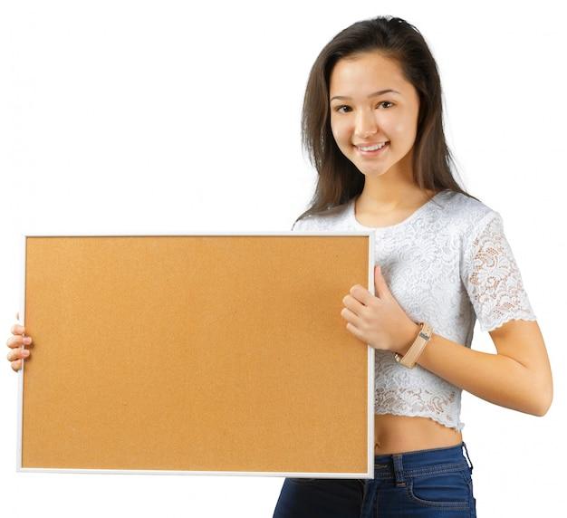 Bella giovane donna che tiene scheda vuota. isolato su sfondo bianco