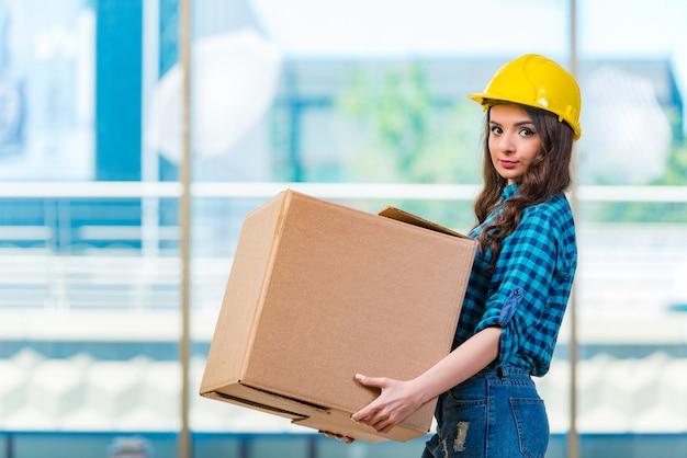 Bella giovane donna che trasportano scatola