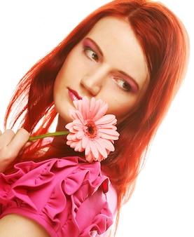 Bella giovane donna con fiore gerber