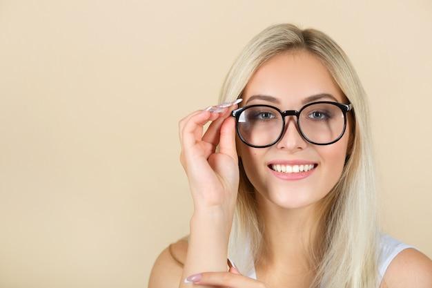 Bella giovane donna con gli occhiali