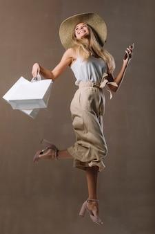 Bella giovane donna con i sacchetti della spesa