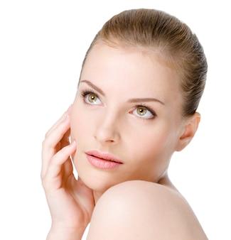 Bella giovane donna con l'espressione di sensualità su un viso fresco e pulito - isolato su bianco