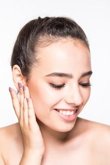 Bella giovane donna con la posa fresca pulita della pelle